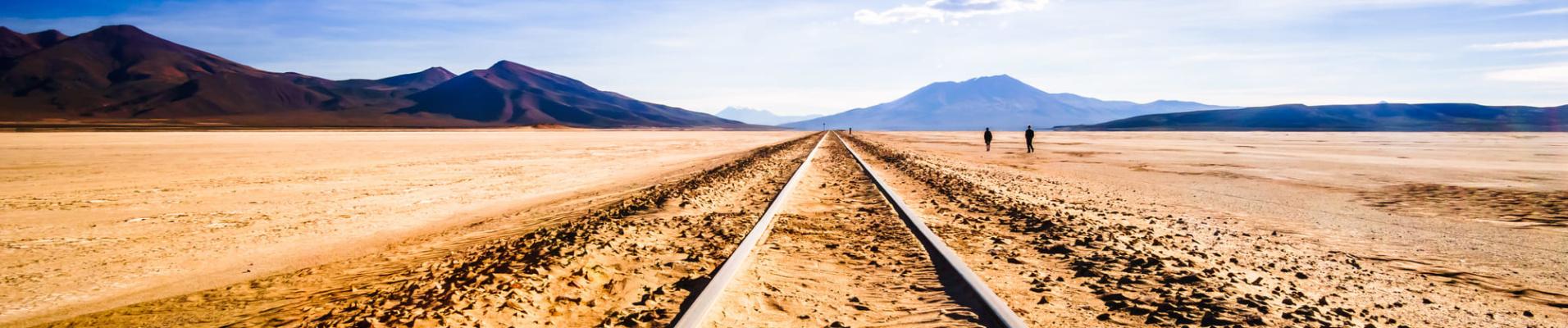 Vue des rails traversant le désert de l'Altiplano en Bolivie